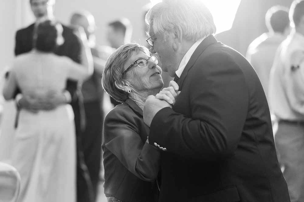 classic-intimate-fun-wedding-photos-at-the-meeting-house-grand-ballroom-in-plymouth-michigan-by-courtney-carolyn-photography_0103.jpg