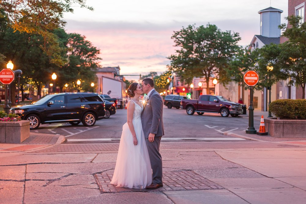 classic-intimate-fun-wedding-photos-at-the-meeting-house-grand-ballroom-in-plymouth-michigan-by-courtney-carolyn-photography_0106.jpg