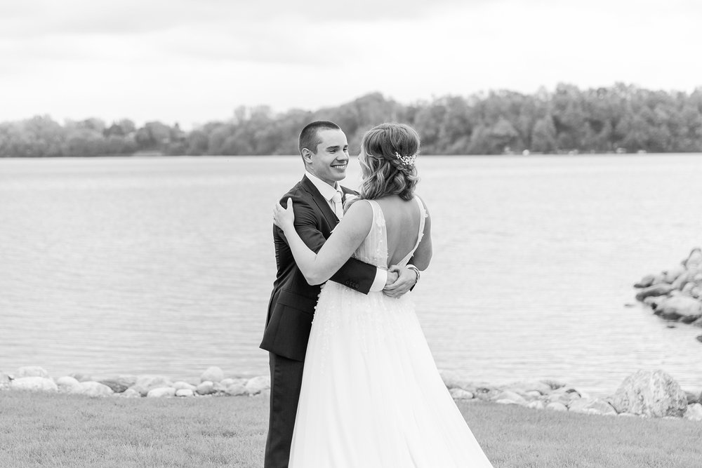 joyful-candid-laid-back-wedding-photos-in-ann-arbor-michigan-and-at-the-eagle-crest-golf-resort-by-courtney-carolyn-photography_0025.jpg