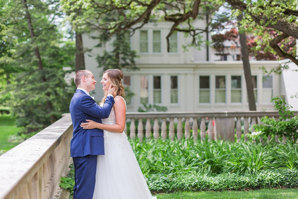 joyful-candid-laid-back-wedding-photos-in-ann-arbor-michigan-and-at-the-eagle-crest-golf-resort-by-courtney-carolyn-photography_0034.jpg