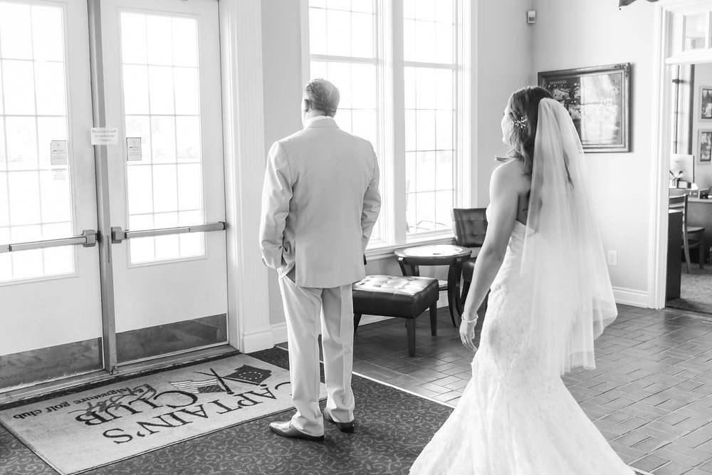 candid-timeless-wedding-photos-at-the-captains-club-in-grand-blanc-michigan-by-courtney-carolyn-photography_0025.jpg