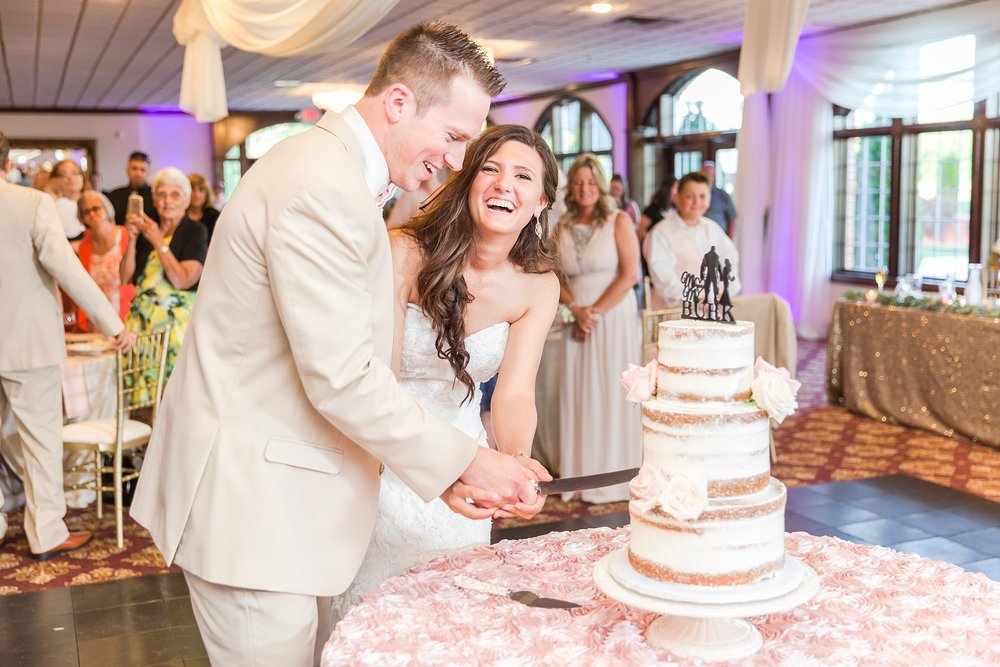 candid-timeless-wedding-photos-at-the-captains-club-in-grand-blanc-michigan-by-courtney-carolyn-photography_0090.jpg