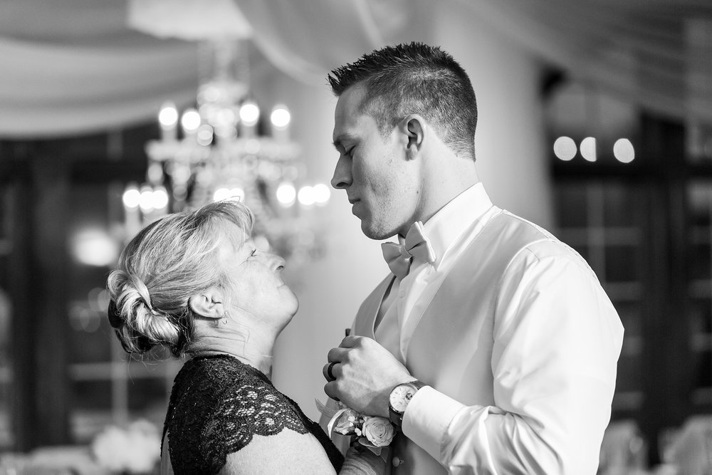 candid-timeless-wedding-photos-at-the-captains-club-in-grand-blanc-michigan-by-courtney-carolyn-photography_0111.jpg