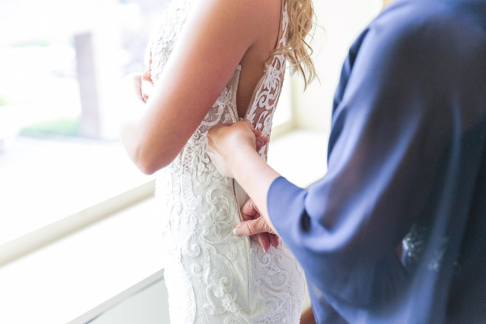 candid-romantic-wedding-photos-at-the-h-hotel-in-midland-michigan-by-courtney-carolyn-photography_0009.jpg