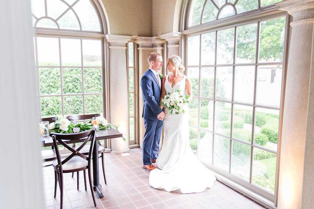 casually-chic-modern-wedding-photos-at-the-chapman-house-in-rochester-michigan-by-courtney-carolyn-photography_0030.jpg