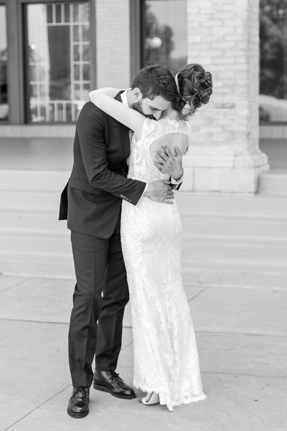 alternative-joyful-wedding-photos-at-the-belle-isle-casino-in-detroit-michigan-by-courtney-carolyn-photography_0013.jpg