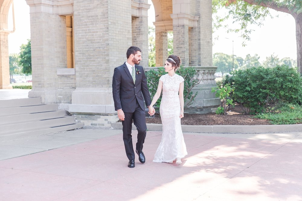 alternative-joyful-wedding-photos-at-the-belle-isle-casino-in-detroit-michigan-by-courtney-carolyn-photography_0016.jpg