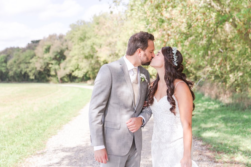 natural-rustic-wedding-photos-at-frutig-farms-the-valley-in-ann-arbor-michigan-by-courtney-carolyn-photography_0040.jpg
