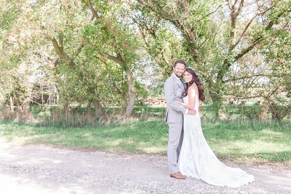 natural-rustic-wedding-photos-at-frutig-farms-the-valley-in-ann-arbor-michigan-by-courtney-carolyn-photography_0050.jpg