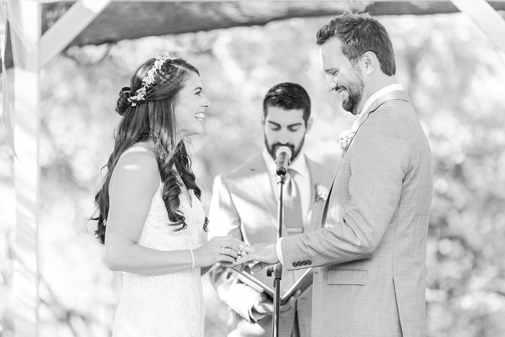 natural-rustic-wedding-photos-at-frutig-farms-the-valley-in-ann-arbor-michigan-by-courtney-carolyn-photography_0068.jpg