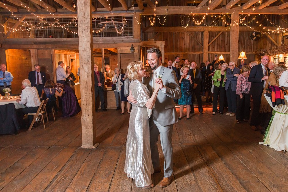 natural-rustic-wedding-photos-at-frutig-farms-the-valley-in-ann-arbor-michigan-by-courtney-carolyn-photography_0096.jpg