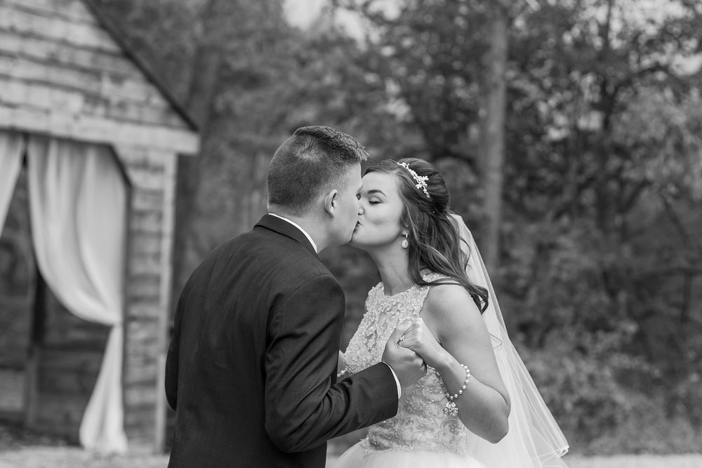 rustic-whimsical-wedding-photos-the-vale-royal-barn-in-fenton-michigan-by-courtney-carolyn-photography_0025.jpg