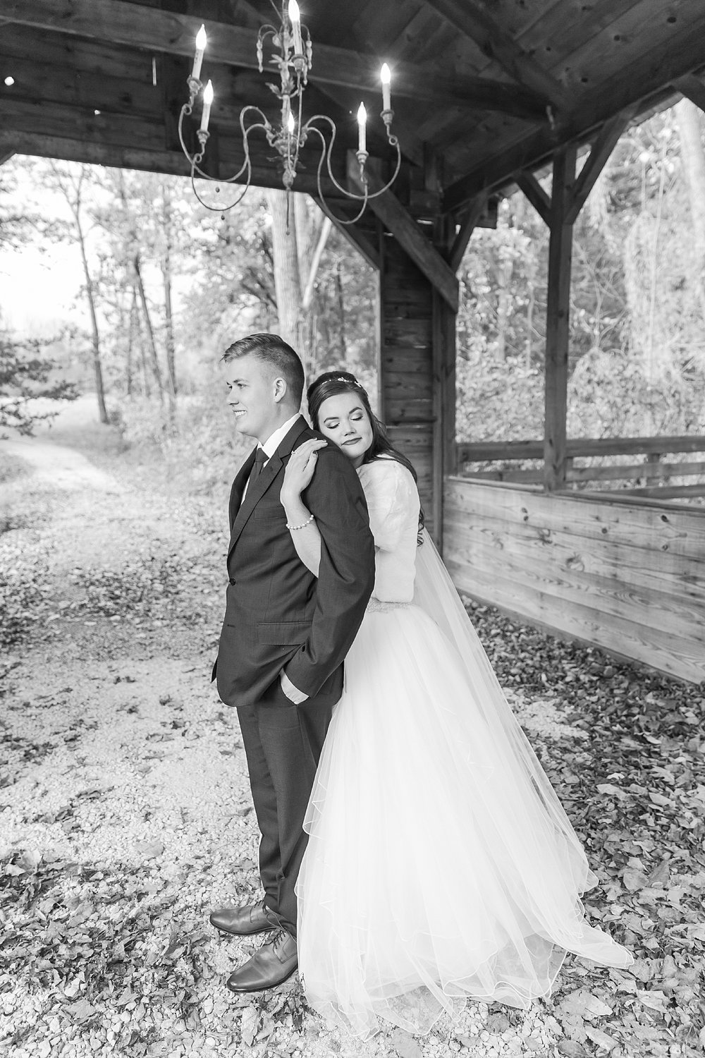 rustic-whimsical-wedding-photos-the-vale-royal-barn-in-fenton-michigan-by-courtney-carolyn-photography_0042.jpg
