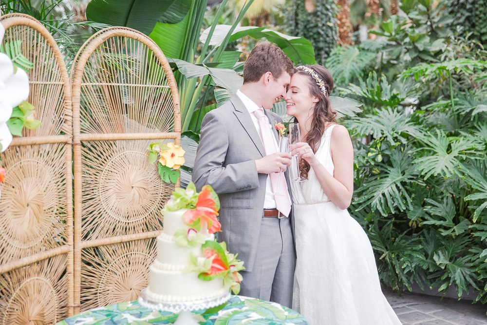 colorful-tropical-wedding-photos-at-the-crystal-gardens-in-chicago-illinois-by-courtney-carolyn-photography_0042.jpg