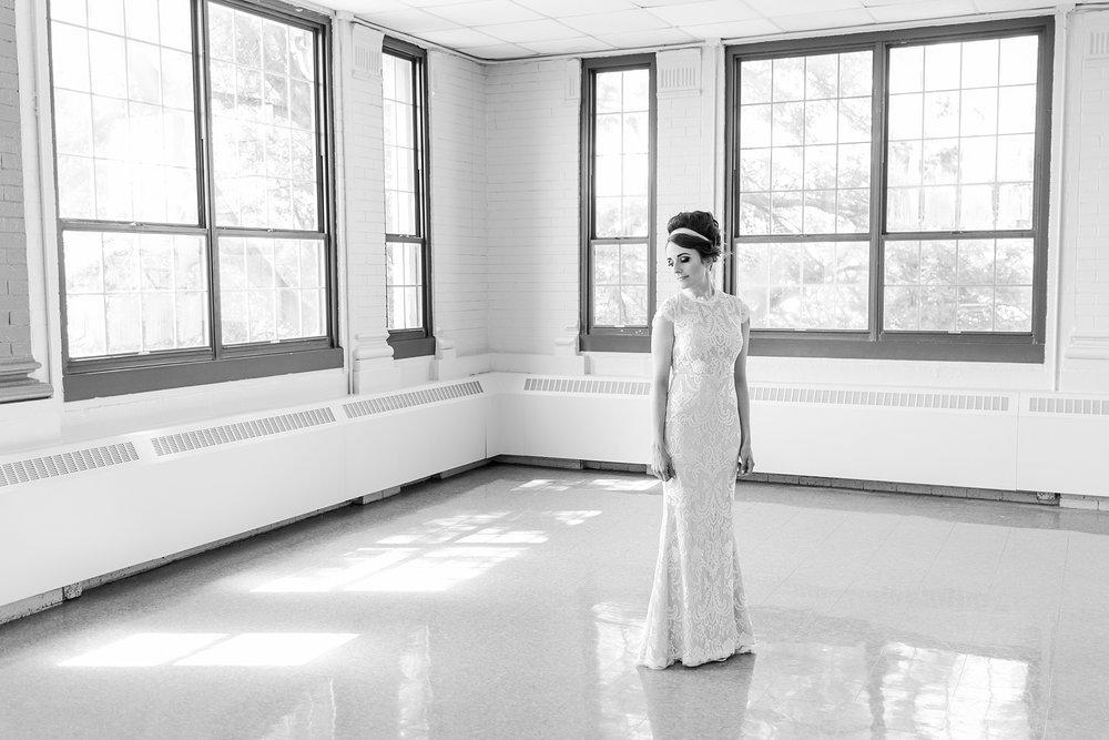 joyful-romantic-modern-laid-back-wedding-photography-in-detroit-ann-arbor-northern-mi-and-chicago-by-courtney-carolyn-photography_0012.jpg
