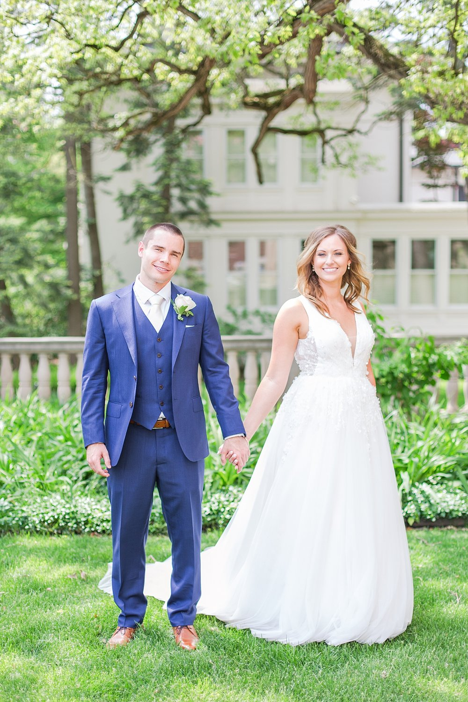 joyful-romantic-modern-laid-back-wedding-photography-in-detroit-ann-arbor-northern-mi-and-chicago-by-courtney-carolyn-photography_0037.jpg