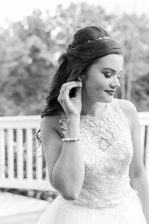 joyful-romantic-modern-laid-back-wedding-photography-in-detroit-ann-arbor-northern-mi-and-chicago-by-courtney-carolyn-photography_0048.jpg