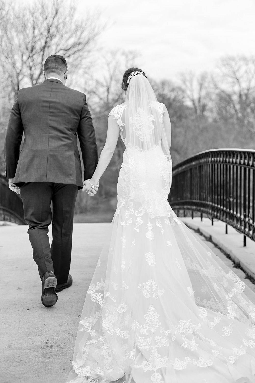joyful-romantic-modern-laid-back-wedding-photography-in-detroit-ann-arbor-northern-mi-and-chicago-by-courtney-carolyn-photography_0062.jpg