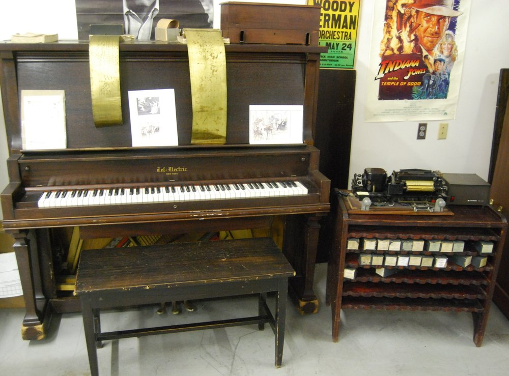 Tel-Electric_Piano_with_Attached_Player_&_Brass_Rolls.jpg