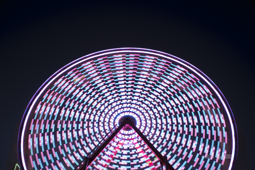 Spinning ferris wheel at night