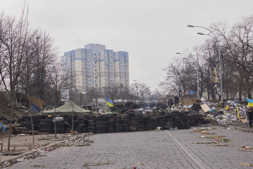 Barricadas de ruedas desde el Maidan de Kiev hacia la cuesta donde ha habido más víctimas de francotiradores.  Foto: María Torres-Solanot ©