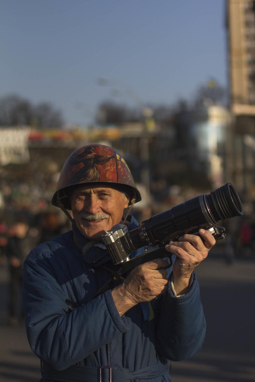 Lenin, fotógrafo en el Maidan de Kiev con su Zenit EC. Foto: María Torres-Solanot ©
