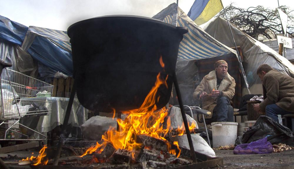 Cocina al fuego de leña en el campamento del Maidan de Kiev. Foto: María Torres-Solanot ©