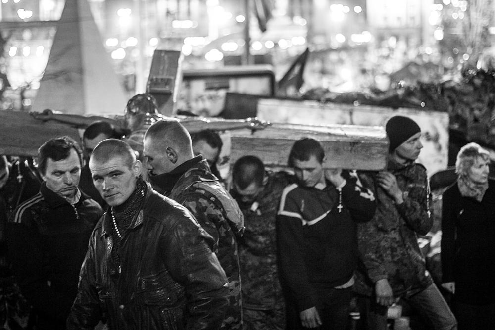 """""""Lo único que podemos hacer es rezar"""" Fuerzas Nacionalistas de Autodefensa del Maidan llevan la cruz en procesión por la calle Instituska en Kiev (Ucrania). Foto: María Torres-Solanot Foto reportaje completo en Heraldo de Aragón"""