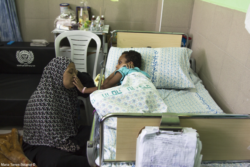 """Kalid de seis años, herido en Gaza, junto con su madre, Rahma, en el hospital """"Al-Makassed"""" en El Monte de los Olivos, Jerusalem. Foto: María Torres-Solanot ©"""