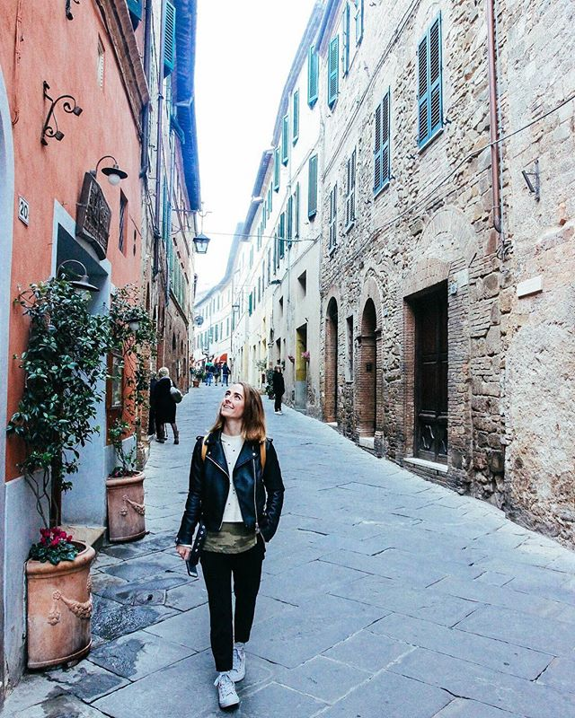 Each of the little Tuscan villages we visited were bustling with people and shoppers and bike riders during the daytime but one thing we loved most was coming out at night when the towns were asleep. Everything and everyone closed down with the sun (except for one or two delicious restaurants) and we felt like we had the entire place to ourselves. 🇮🇹🍷🍕#Tuscany #Montalcino