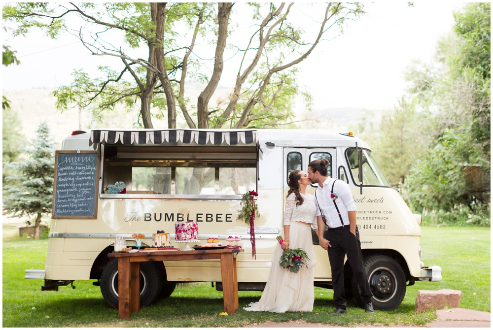 Couple_kissing_in_front_of_food_truck.JPG