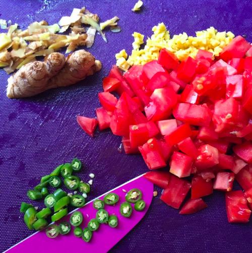 Chopping up chilis@frootjoos