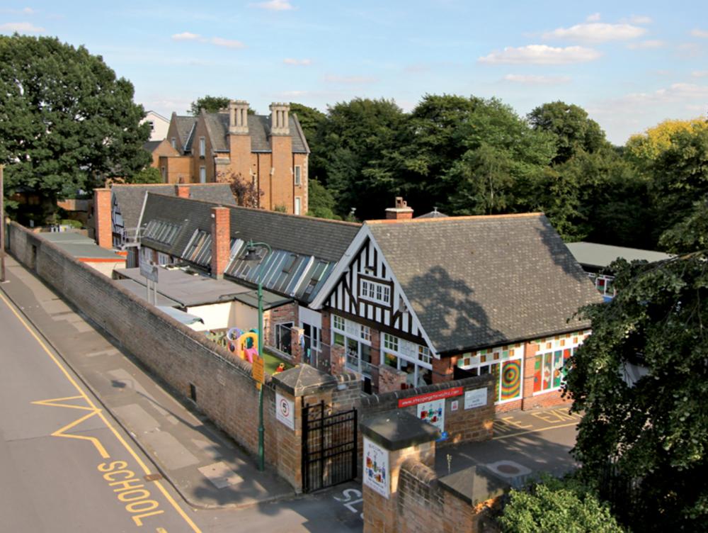 Convenientfor Nottingham City Centre and Nottingham University. 2 minutes from a tram stop.