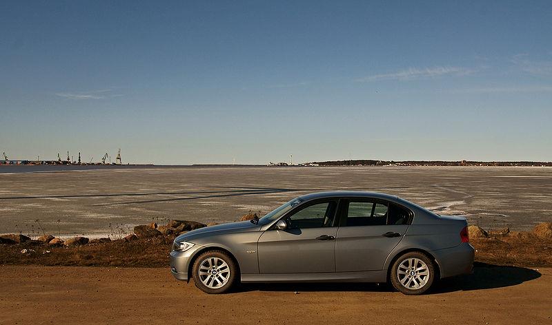 800px-BMW_E90_Kirrinsannassa_2.jpg