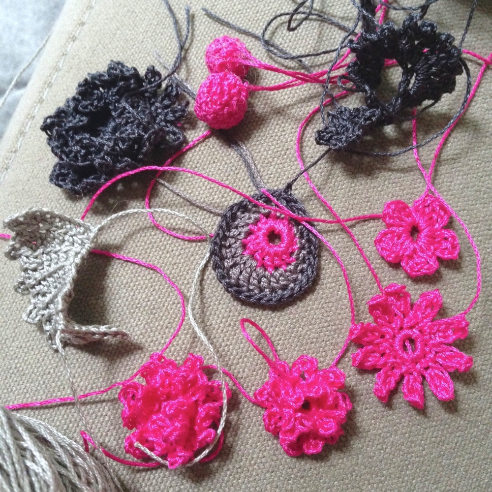 Some random crochet piece tests done while watching sometimes good, sometimes crappy TV...