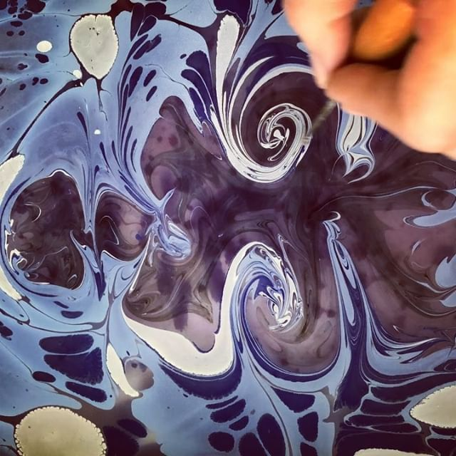 In Ebru terminology the word Zuhurat is used to describe directing something that you don't have complete control over which creates something unexpected.  #ebru #ebruart #marbling #marblingart #fluidart #zuhurat