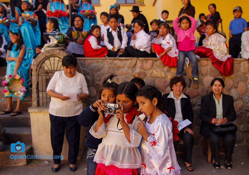 Una alumna de Opencameras enseña a sus compañeras de escuela a manejar la cámara en Sucre (Bolivia). Junio de 2012. Foto: María Torres-Solanot
