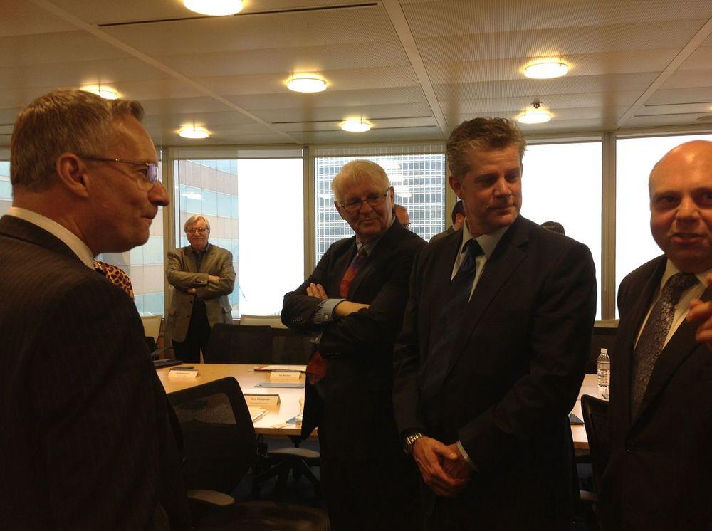 从左至右:加拿大国际贸易部部长埃德华·法斯特 (Ed Fast);加拿大科技三角洲经济发展署署长John Jung; 加拿大城市联盟主席迈克尔·达奇(Michael Darch); 卡尔加里经济发展署署长布鲁斯·哥雷汗(Bruce Graham) 和多伦多投资署署长Renato Discenza.