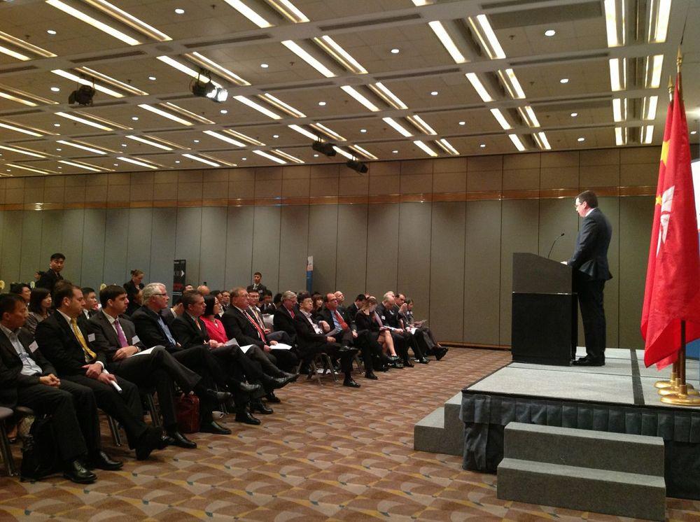 加拿大工业部部长帕拉迪先生在香港的投资研讨会上致开幕辞