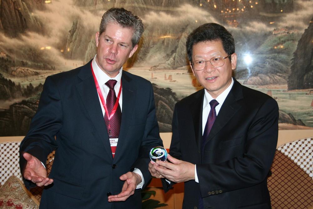 加拿大城市联盟董事长兼卡尔加里经济发展署署长布鲁斯·哥雷汗先生与深圳市副市长陈彪先生在会谈后交换礼物。
