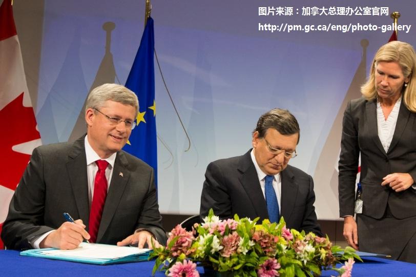 加拿大总理哈珀与欧盟委员会主席巴罗佐在布鲁塞尔签署加拿大-欧盟双边经贸合作协定