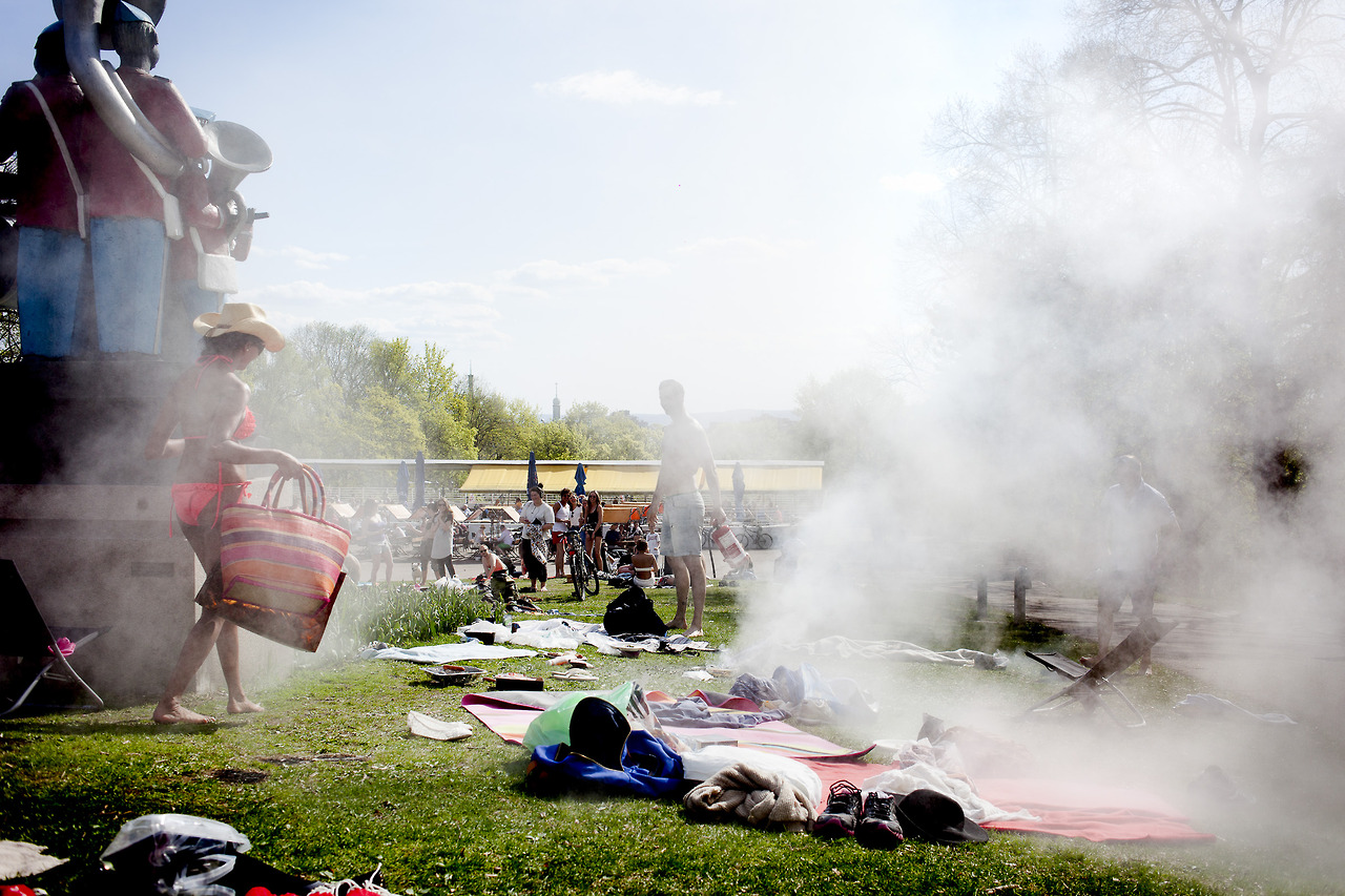 A gas grill took fire at a park in Oslo. Everybody ran away afraid of it exploding, until a guy put the fire out with a fire extinguisher.