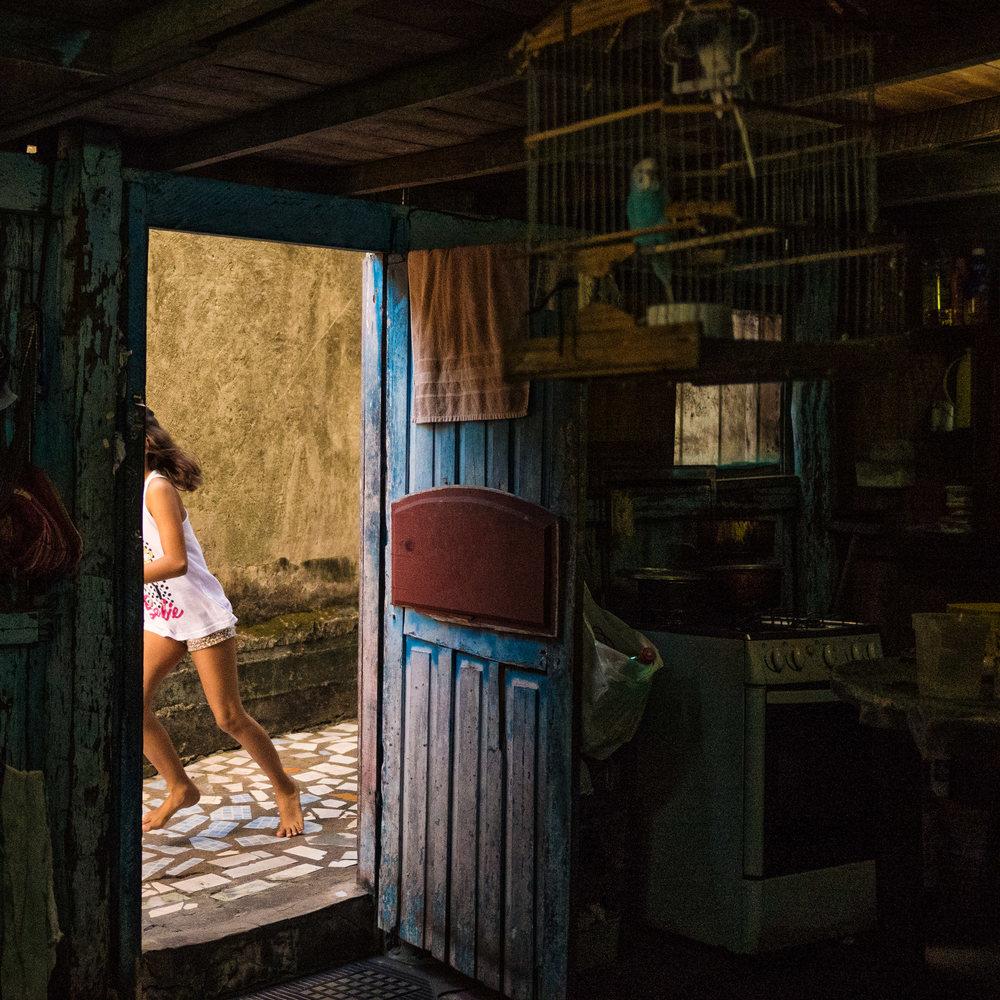 """Infância em frente à porta. 2016. Da série """"Raiz Pará""""."""