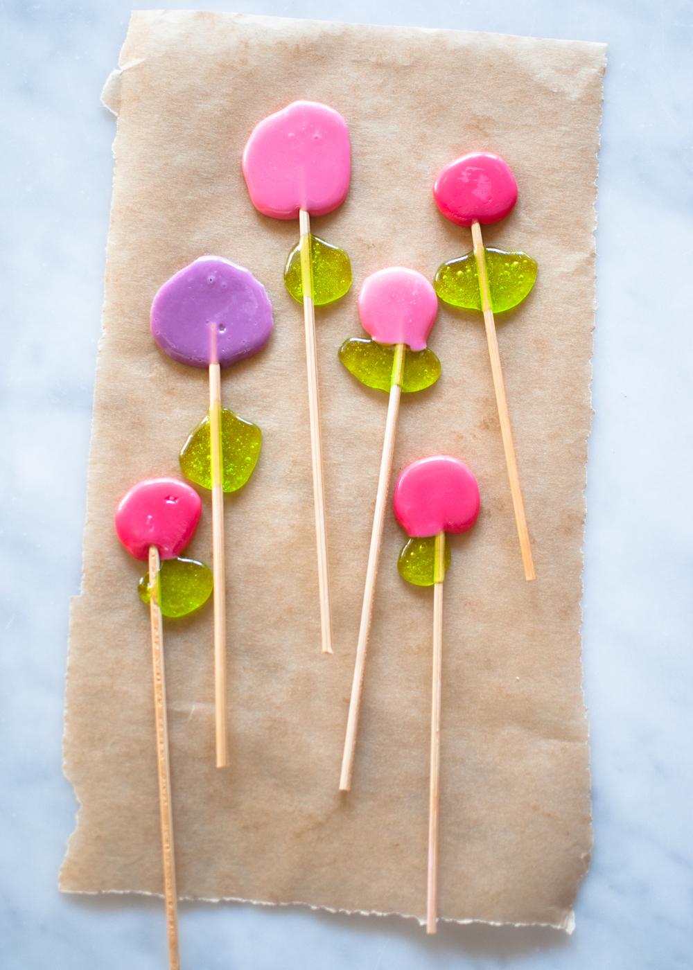 Candy-Aisle-Crafts-Dot-Flower-Lollipops