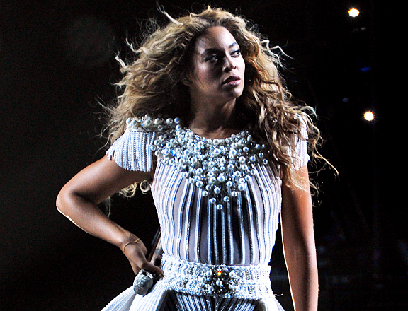 MTV Style: Beyonce Handles Hair Malfunction Gloriously, We Bow Down