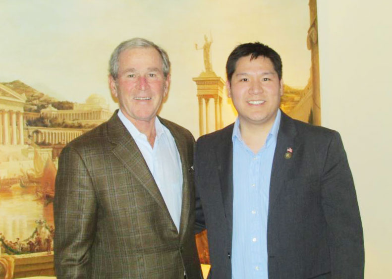 David Chang (right) poses with former U.S. President George W. Bush at the Grand Hyatt Hotel in Seoul, Wednesday. / Korea Times