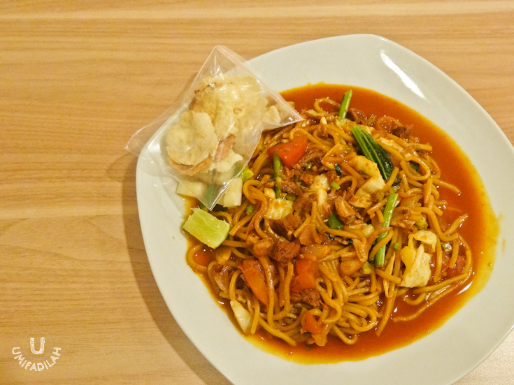 The only dish that didn't quite win my heart that night. Mie Basah Daging (IDR 35.000). We thought we'd try a different version of Mie Aceh, the one with soupy noodle. But I found it a bit too sweet to my liking. Maybe next time I'll go with Mie Goreng Udang (fried Aceh noodle with prawns) instead.