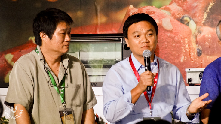 KF Seetoh from Singapore (left) and Thailand's Iron Chef Winner, Ian Kittichai (real name: Pongtawat Chalermkittichai) holding the microphone.