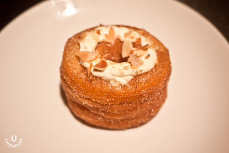 This is Mandarin Oriental Cake Shop's interpretation of cronuts. Called 'Kronut', this delicate & flaky pastry layers are sprinkled with cinnamon and sugar, then topped with delicious vanilla cream and almond chunks. Creation of Chef Wita Girawati of MO Shop Cake.