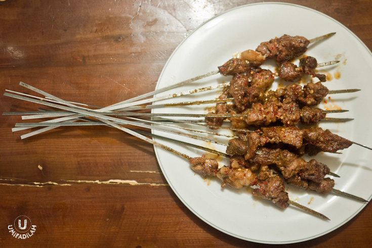 """Sate Daging Kambing"" / Roasted mutton kebabs – IDR 8.000 each skewer. It is said to be one of the most famous dish in Xinjiang – so famous that you'd see them in almost every corner of the city. It's also called ""Kawap"" in Uyghur language. When our order came in, it took me by surprise seeing those large iron skewers – kinda reminds me of Sate Klathak in Jogja with its unique skewers made of bicycle spokes. There is no dipping whatsoever for this type of Uyghur satay, but I can assure you that this was probably THE highlight of the night. It smells SO good – imagine tender mutton seasoned lightly with salt plus strong hints of cumin and coriander, then grilled to perfection leaving the entire restaurant pervaded by its fantastic smell. Recommended."